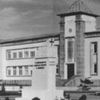 Liceu da Praia e monumento Largo Chapuzet. Foto AHN, album 8..png