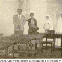 Visita a uma sala de aula. Cabo Verde Boletim de Propaganda e Informação, nº 103, Abril 1958, p. 29.jpg