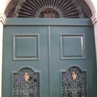 Porta da Casa de Sérgio Barbosa Mendes, onde foi instalada a Secção Liceu Gil Eanes Praia. Foto Lourenço Gomes.png