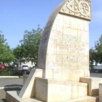 Monumento em frente ao Liceu da Praia. Foto Lourenço Gomes, 1980..png