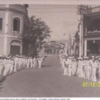 21 Os Falcões numa rua onde se veêm os dísticos Viva Salazar, Viva Carmona. Foto de Manuel N. Ramos, 1939..jpg
